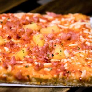 Pizzone, Porciones de Pizza Hawaiana con Tomate italiano especiado, jamón de york extra con piña dulce y queso mozzarella.