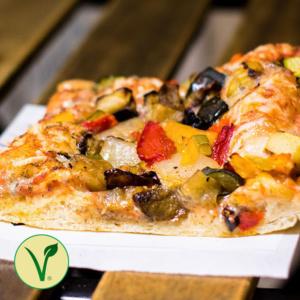Pizzone, Porciones de Pizza de verduritas asadas. Pizza Verduritas asadas con Tomate italiano especiado, surtido de verduras asadas, ajo, perejil orégano aceite de oliva y queso mozzarella.