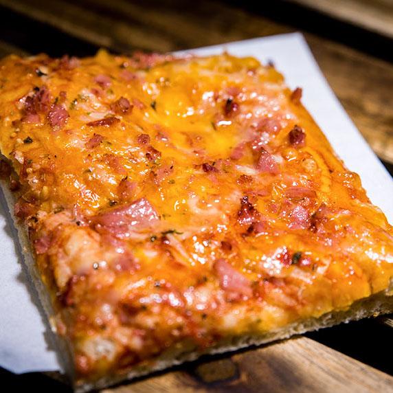 Pizzone, Porciones de Pizza York con cheddar con Tomate italiano especiado, jamón de York extra con queso cheddar y queso mozzarella.