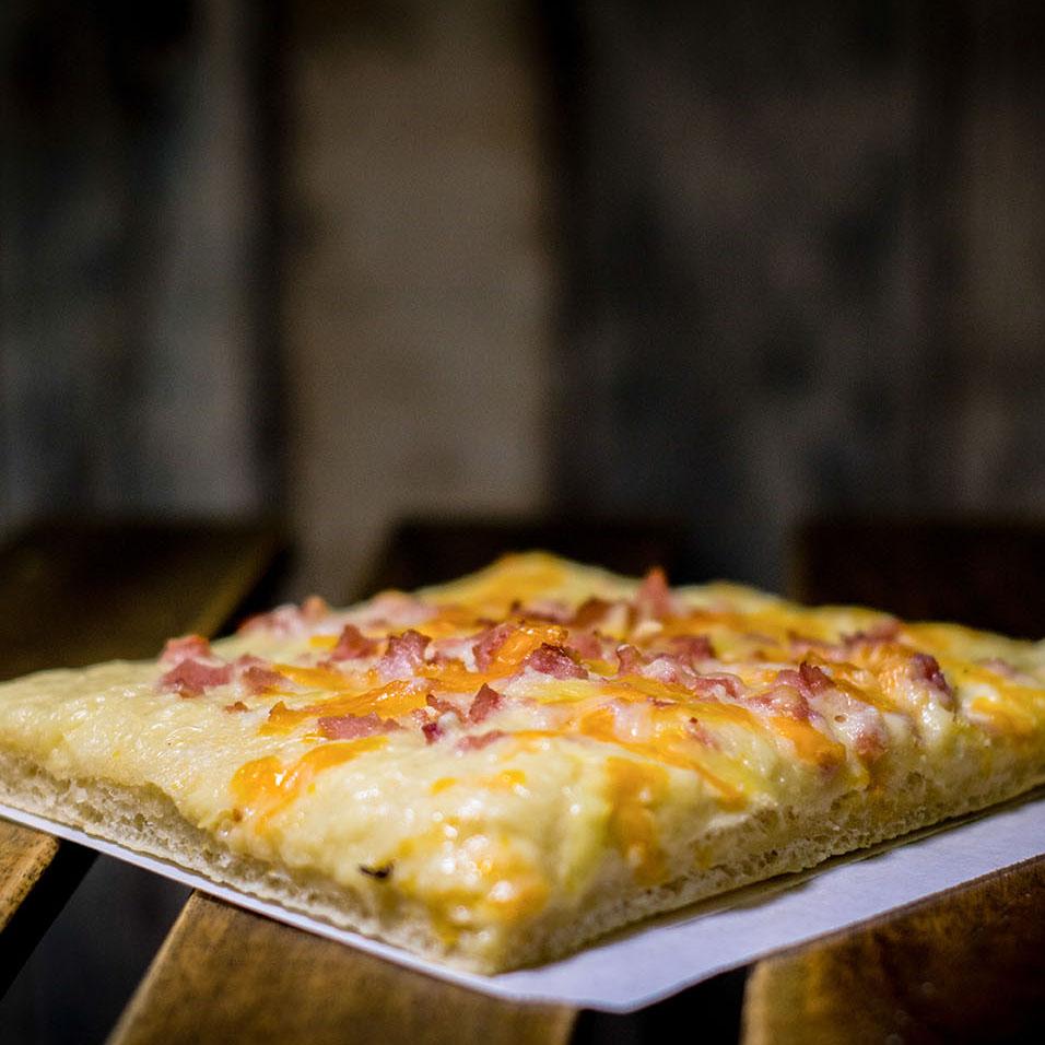 Pizzone, Porciones de Pizza York crema de queso con Crema de Camembert, jamón de York extra, queso cheddar y queso mozzarella.