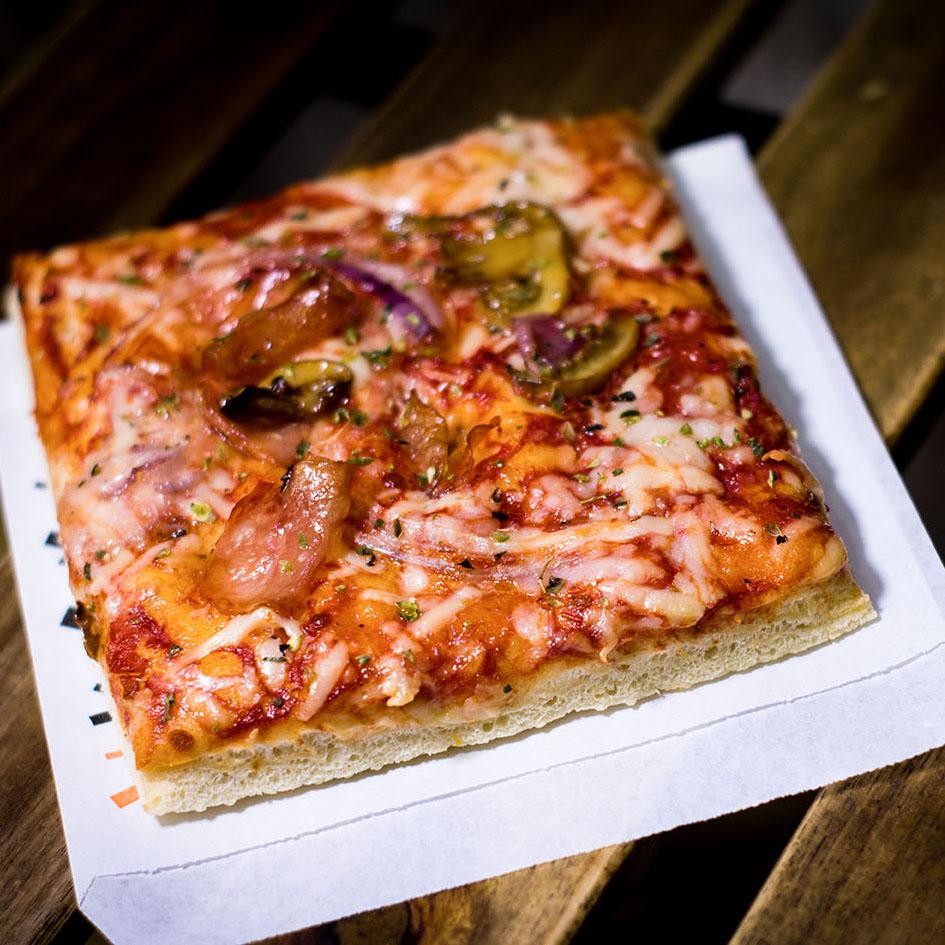 Pizzone, Porciones de Pizza de bacon cebolla y champiñón. Pizzerias Zaragoza.