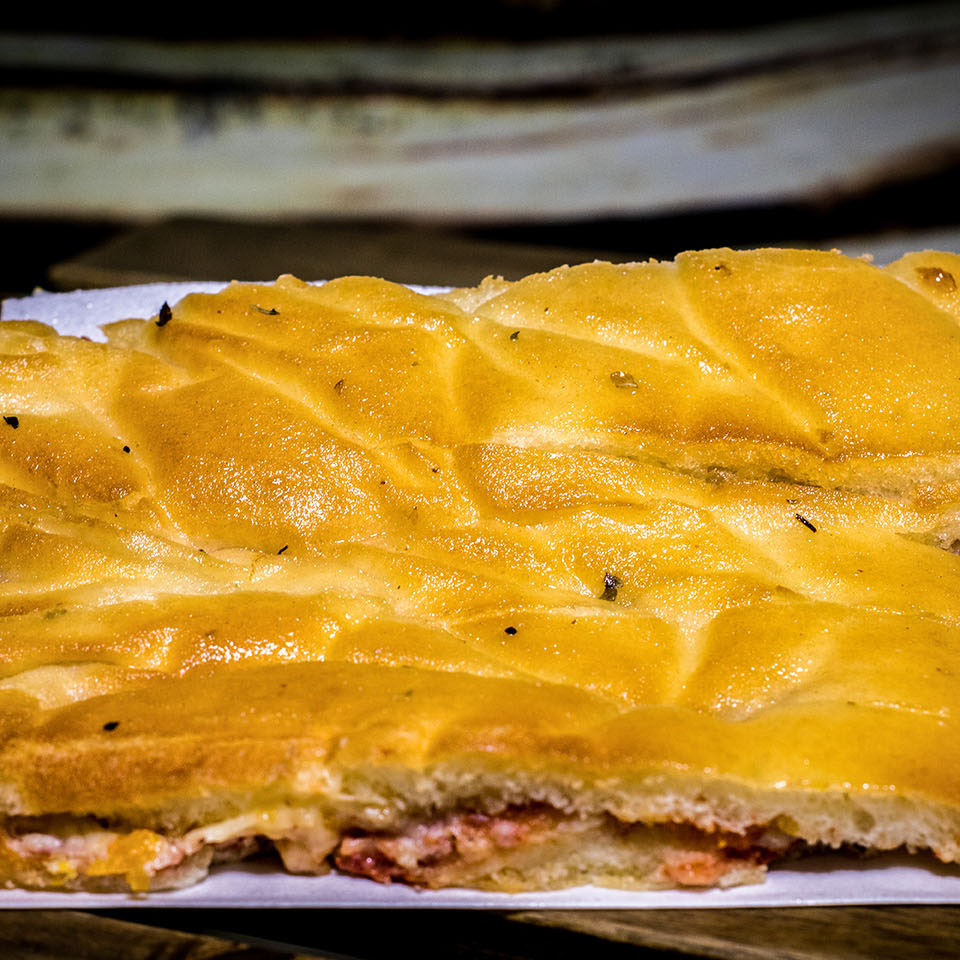 Pizzone, Focaccia de bacon. Tomate italiano especiado, queso cheddar, bacon, queso parmesano y queso mozzarella.