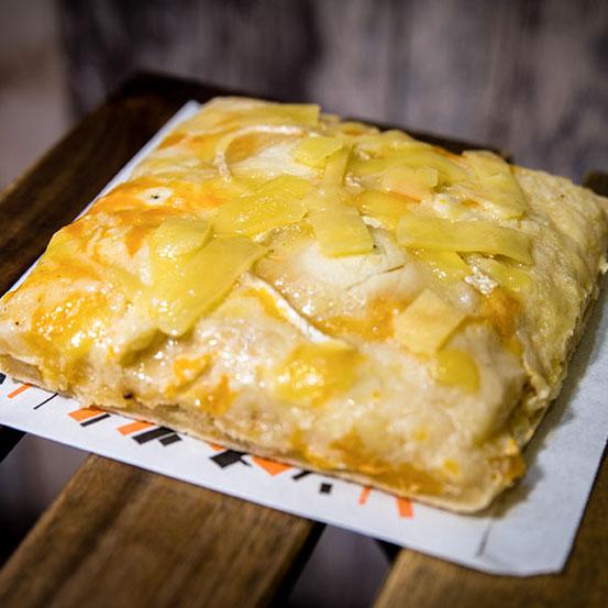 Pizzone, Porciones de Pizza 7 quesos, rulo de cabra, con Tomate italiano especiado, queso mozzarella, cheddar, gouda y rulo de cabra.