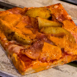 Pizzone, Pizza Patatas con mojo picón con Tomate italiano especiado, bacon, patatas de luxe, mojo picón y queso mozzarella.