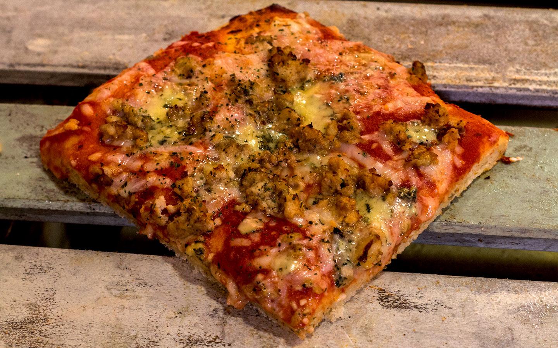 Pizzone, Pizza Pollo al Roquefort con Tomate italiano especiado, pechuga al horno con queso roquefort y queso mozzarella.