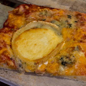Pizzone, Porciones de Pizza 4 quesos, rulo de cabra con Tomate italiano especiado, queso mozzarella, cheddar, gouda y rulo de cabra.