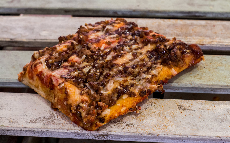 Pizzone, Porciones de Pizza de Pollo BBQ. Tomate italiano especiado, pechuga de pollo asada con salsa BBQ y queso mozzarella.