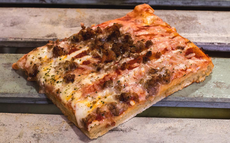 Pizzone, Porciones de Pizza de Ternera Kebab. Tomate italiano especiado, pechuga de pollo asada con salsa kebab y queso mozzarella.