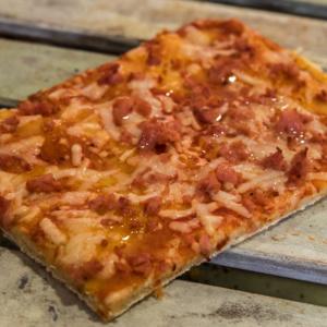 Pizzone, Porciones de Pizza de Jamón de York y Queso. Tomate italiano especiado, jamón de York extra y queso mozzarella.