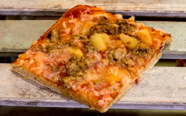 Pizzone, Porciones de Pizza de Pollo con Piña. Tomate italiano especiado, pechuga de pollo asada con piña dulce y queso mozzarella.