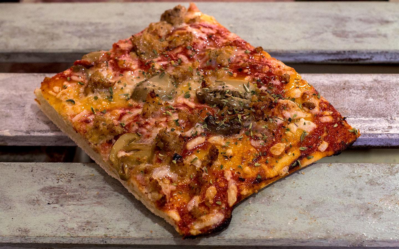 Pizzone, Porciones de Pizza de Pollo y Champiñón. Tomate italiano especiado, pechuga de pollo asada con champiñón, orégano y queso mozzarella.