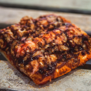 Pizzone, Porciones de Pizza de Ternera BBQ. Tomate italiano especiado, ternera al horno con salsa BBQ y queso mozzarella.