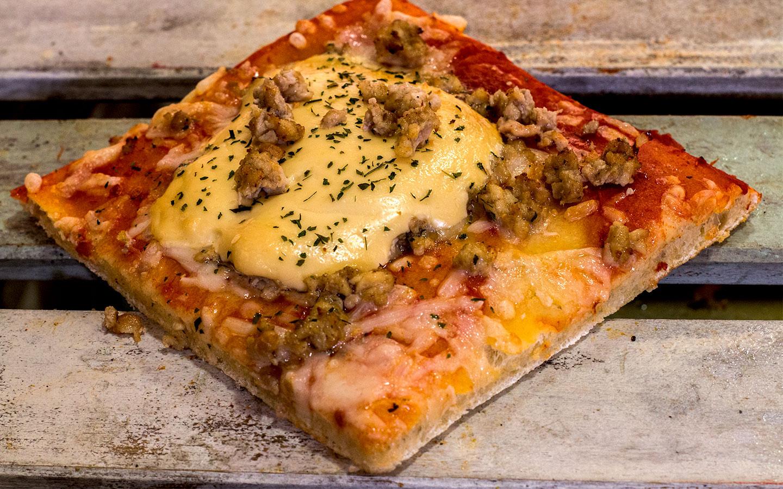 Pizzone, Porciones de Pizza de Pollo Ali Oli. Pizza Tomate italiano especiado, pechuga pollo asada, ali oli casero, ajo, perejil y queso mozzarella.