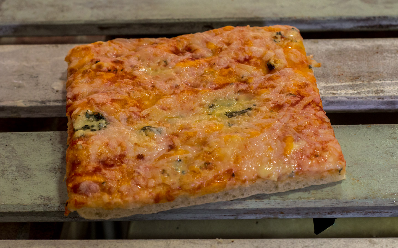 Pizzone, Porciones de Pizza de 4 quesos. Tomate italiano especiado, queso mozzarella, cheddar, gouda y roquefort.