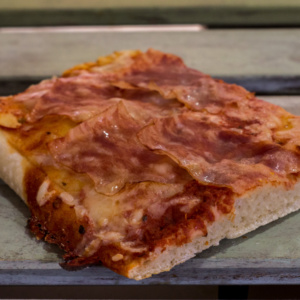 Pizzone, Porciones de Pizza de Bacon y Queso. Tomate italiano especiado, bacon al horno y queso mozzarella.