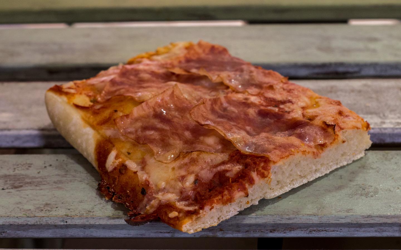 Pizzone, Porciones de Pizza de Bacon y Queso. Tomate italiano especiado, bacon al horno y queso mozzarella.