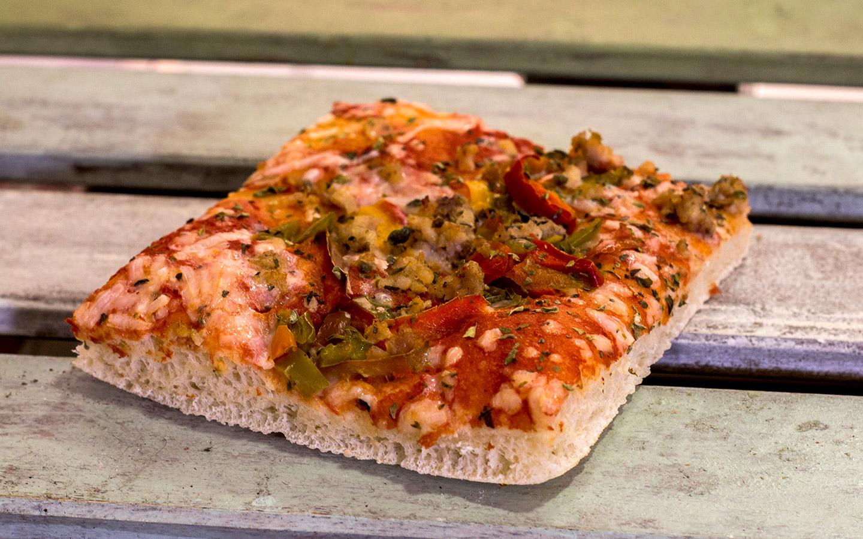 Pizzone, Porciones de Pizza de Pollo con Pimientos. Tomate italiano especiado, pechuga de pollo asada, pimientos tricolor y queso mozzarella.