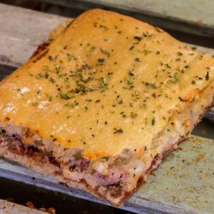 Pizzone, Focaccia rellena de Jamón y Queso. Tomate italiano especiado, queso cheddar, jamón de York y queso mozzarella.