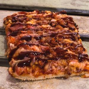 Pizzone, Porciones de Pizza de Ternera Bacon BBQ. Tomate italiano especiado, ternera al horno con salsa BBQ y queso mozzarella.