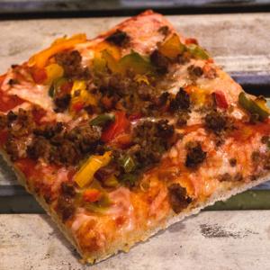 Pizzone, Porciones de Pizza de Ternera con Pimientos. Tomate italiano especiado, ternera al horno con pimientos tricolor y queso mozzarella.