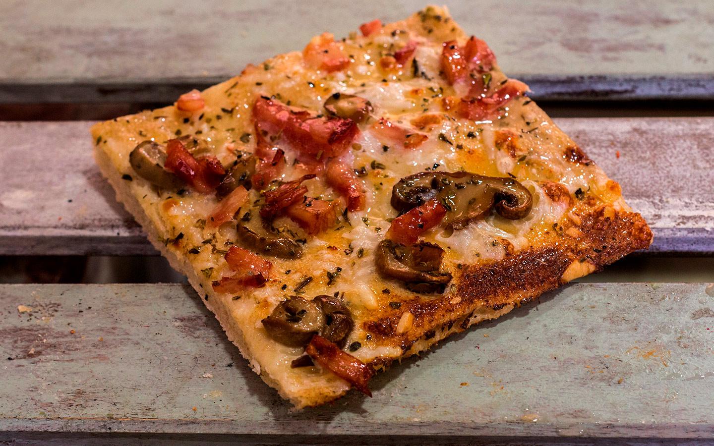 Pizzone, Porciones de Pizza Carbonara, Salsa carbonara casera, bacon al horno, ajo, cebolla, champiñón, orégano y queso mozzarella.