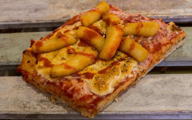 Pizzone, Porciones de Pizza de Calamares Bravos. Salsa ali oli casera, rabas de calamar., picante, picante, picante… y rulo de cabra.